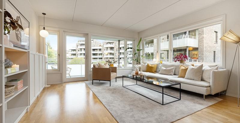 Stue. Store vindusflater gir god romfølelse og rikelig med lys