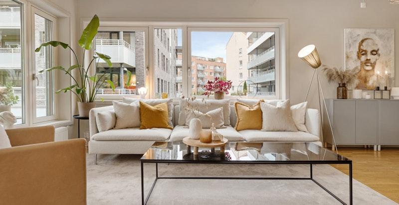 Stue. Planløsningen gjør det enkelt å innrede med sofagruppe, tv-seksjon, bokhyller og spisegruppe