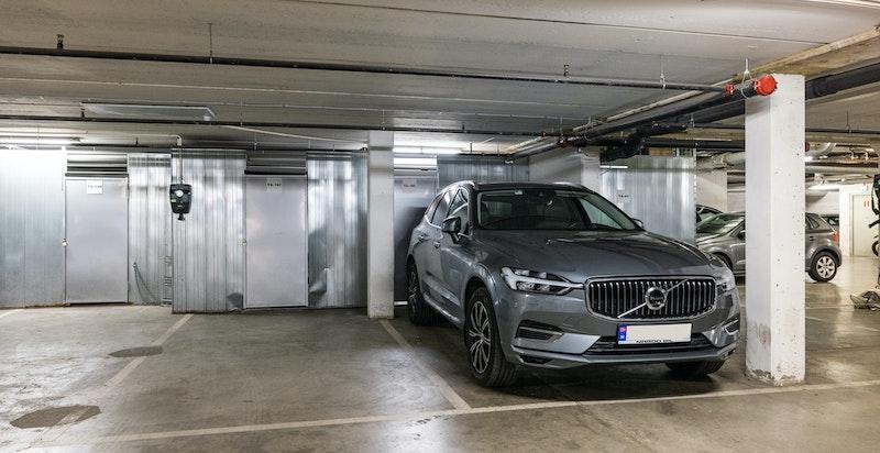 Garasjeplass tilknyttet bod på 7 m². Mulighet for el-bil lader