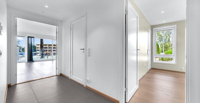 Entreen gir et godt førsteinntrykk av boligen med fliser på gulv.