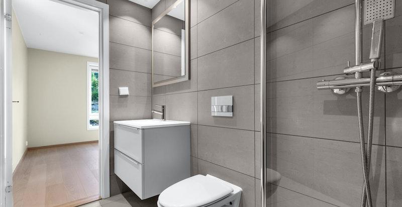 Bad 2 er også delikat med tilsvarende fliser og innredning som hovedbad.