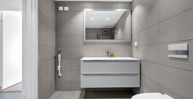 Hovedbadet har opplegg til vaskemaskin og tørketrommel.