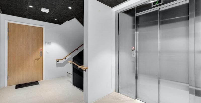 Sameiet har representative fellesarealer. Heisen er like ved inngangsdøren til leiligheten.