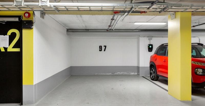 Stor medfølgende garasjeplass med heisadkomst. Mulighet for elbil-lader.