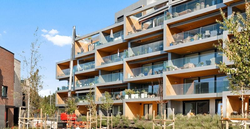 Ny, rålekker endeleilighet med stor solrik veranda, garasjeplass og heis i bygget.