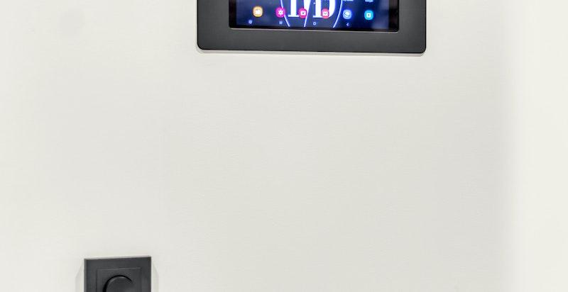 Belysning og elektrisk utstyr kan styres via nettbrett i gangen. Dette tilrettelegger for en enkel hverdag!