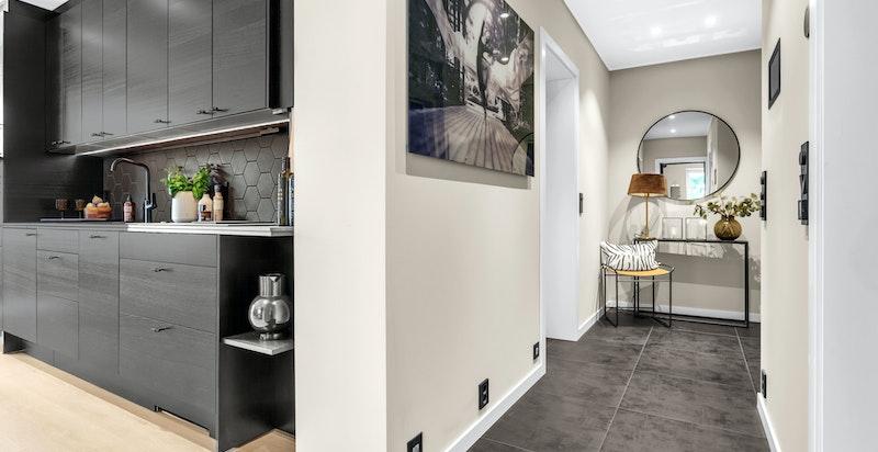 Gang og entré gir et godt førsteinntrykk av boligen med fliser på gulv og elektriske varmekabler.