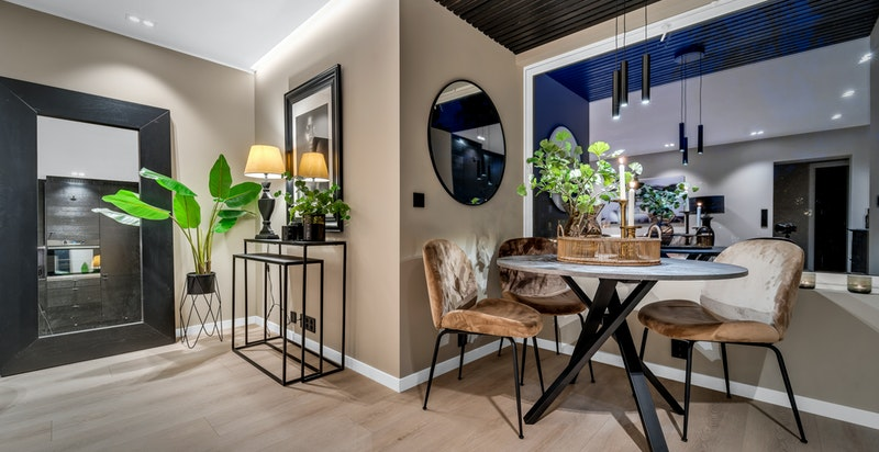 Strøken leilighet malt i en delikat og trendy fargepalett.