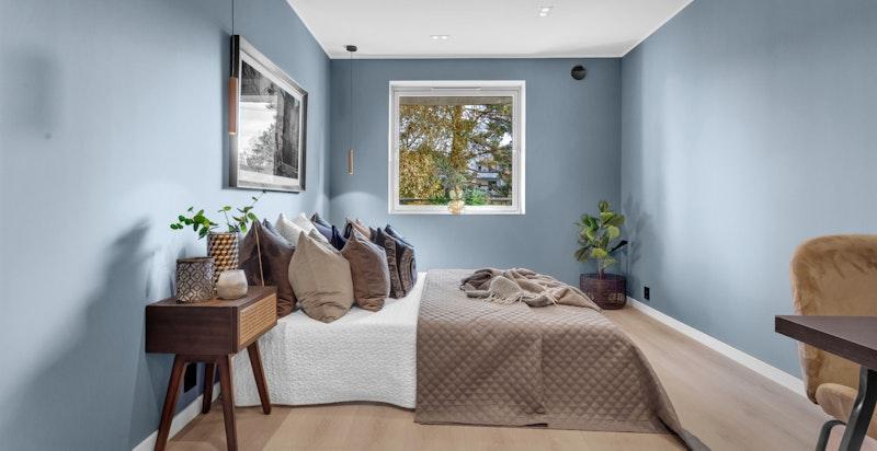 Hovedsoverommet har god plass til dobbeltseng og tilhørende møblement.