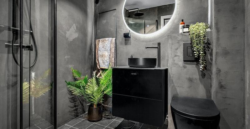 Meget delikat og oppgradert baderom fra 2021 med gulvvarme og downlightsbelysning.