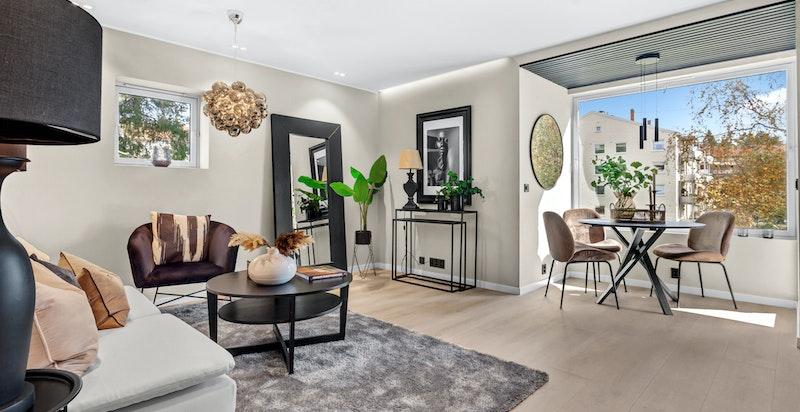 Stuen har flere møbleringsmuligheter med plass til sofagruppe, tv og spisestue.