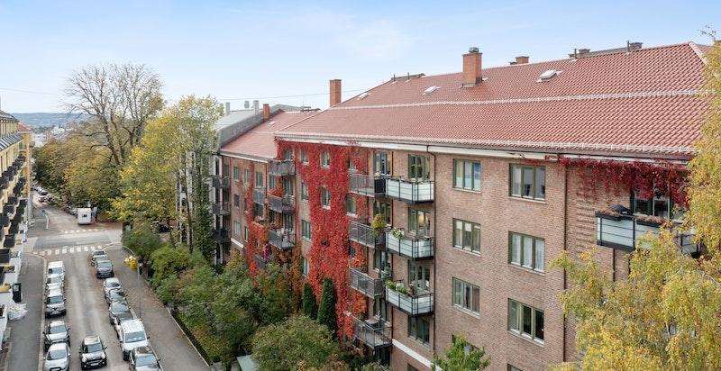 VELKOMMEN til Nobels gate 20a, en stor (116 kvm p-rom) gjennomgående as-leil i høy første etasje med stor beplantet forhage. Parkering i bakhagen ved ledig kapasiet/ansienitet. Rehab/modernisering nødvendig.