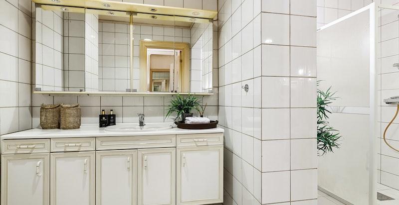 Selv om badet med sitt toalett, dusjnisjer og opplegg til vaskesøyle,  er av eldre karakter, er det stort og romslig.