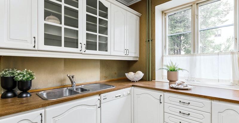Kjøkkenet er innredet med mye skapplass.