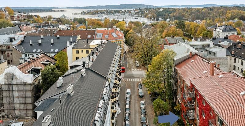 Blå pil markerer hvor leiligheten er i Nobels gate.