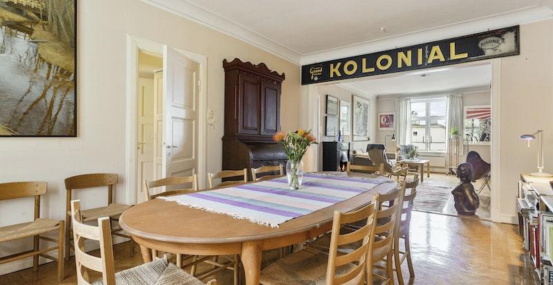 Spisestue i åpen løsning mot stue. God plass til et større spisebord.