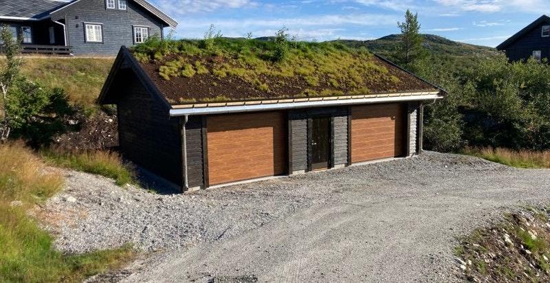 Ny og stor garasje som eier sammen med en nabo, hvorav denne eiendommen eier halvparten