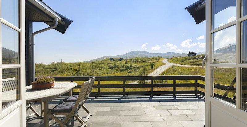 Fra den store og solrike terrassen hvor du blant annet har fin utsikt mot Norefjell