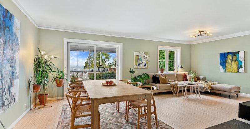 Romslig stue/spisestue med utgang til ny og innglasset veranda med fantastisk utsikt