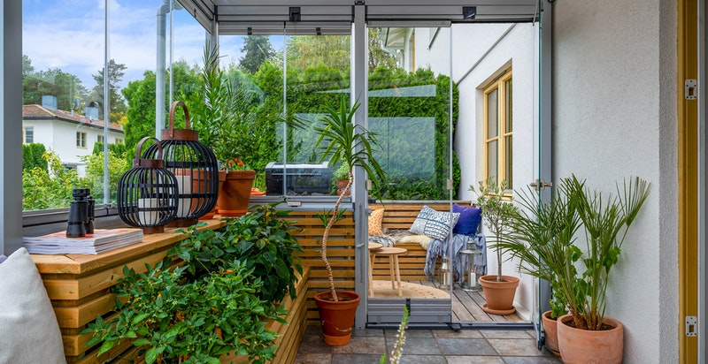 Ved siden av den innglassede verandaen er det også en åpen veranda