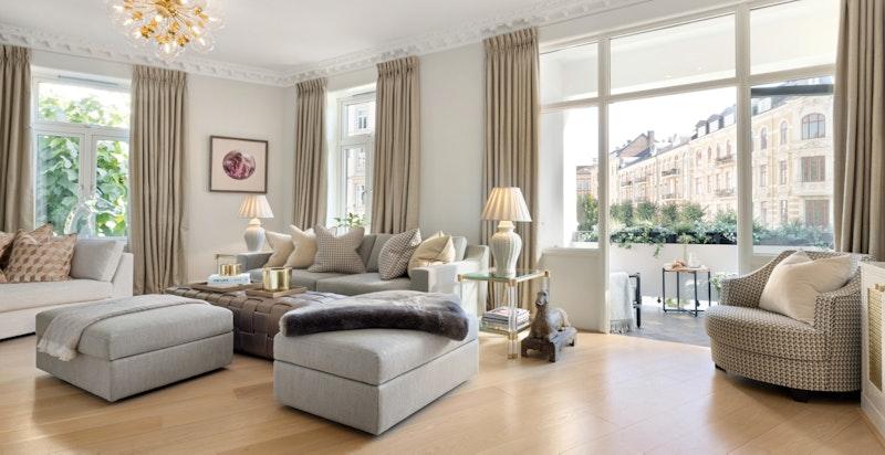 Flott stue med peis og innebygde bokhyller