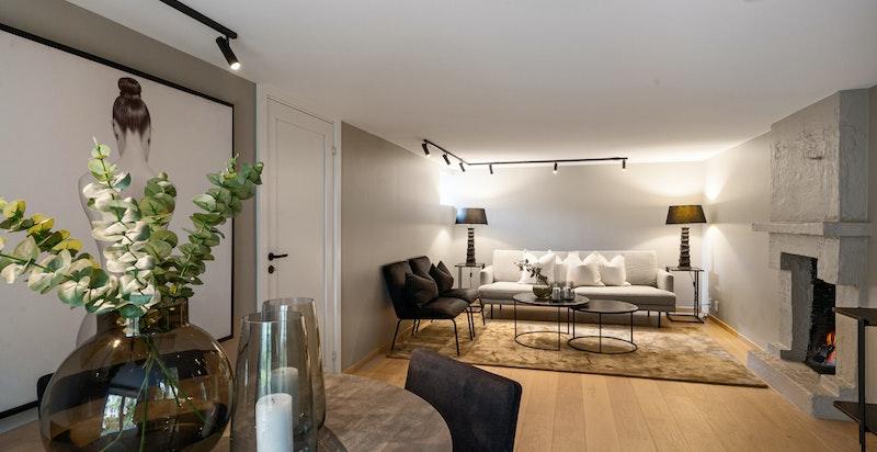 Koslig kjellerstue med peis og god plass til diverse møblering.