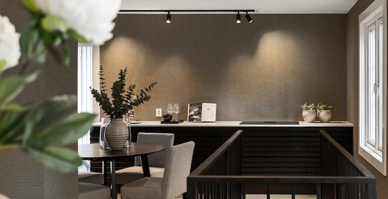 Kjøkkenet har eikefronter med spiler og benkeplate i høytrykkslaminat.