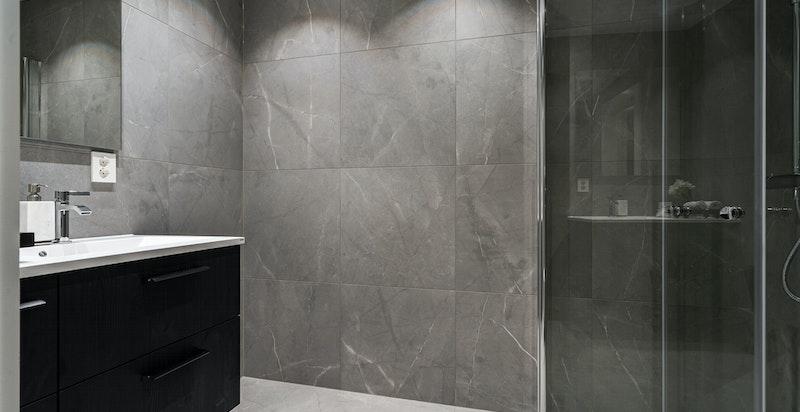 Seksjonen har totalt 3 baderom, hovedbadet oppe er nylig rehabilitert og har kvalitetsbevisste, gode materialvalg.