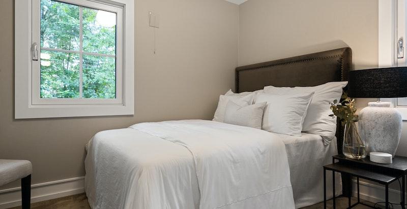 Det er totalt 3 soverom i 1.etasje. Alle soverommene har flotte sisaltepper, nye vinduer og er malt i flotte farger.