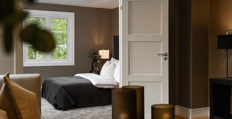 I overetasjen er det totalt 3 soverom. Alle med god plass til senger og garderober for oppbevaring.