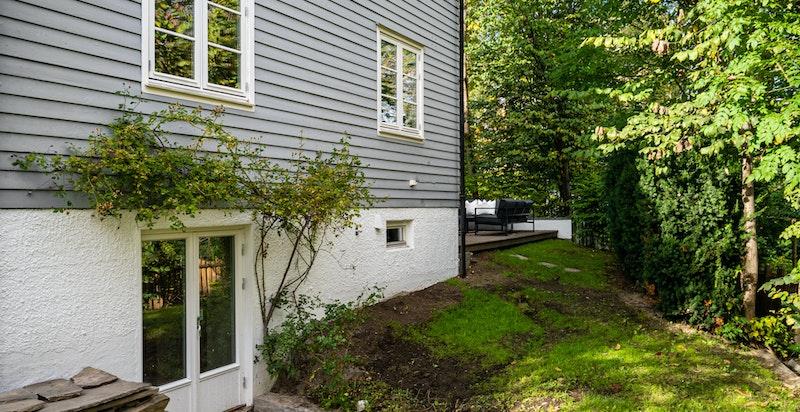 Kjelleren har egen inngang fra hagen via tofløyet terrassedør.
