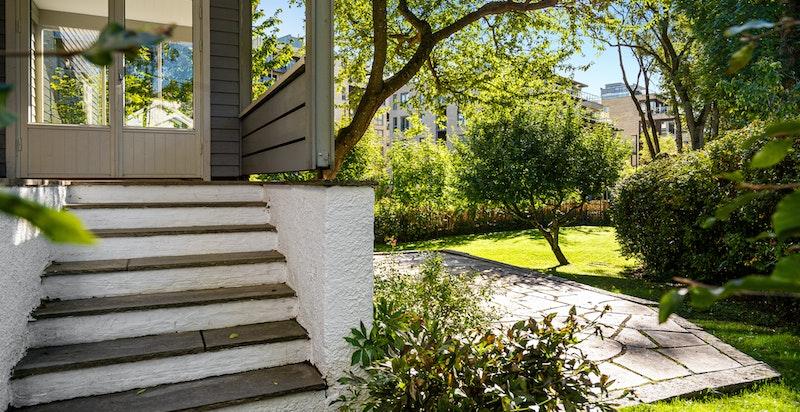 Fra vinterhagen har du også trapp ned i hagen som ligger sydvendt med svært gode solforhold.
