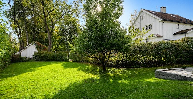Det er god avstand mellom eiendommen i Abbediengveien og området kan minne om en klassisk hageby.