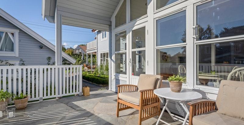 Fra spisestuen er det utgang til terrasse.