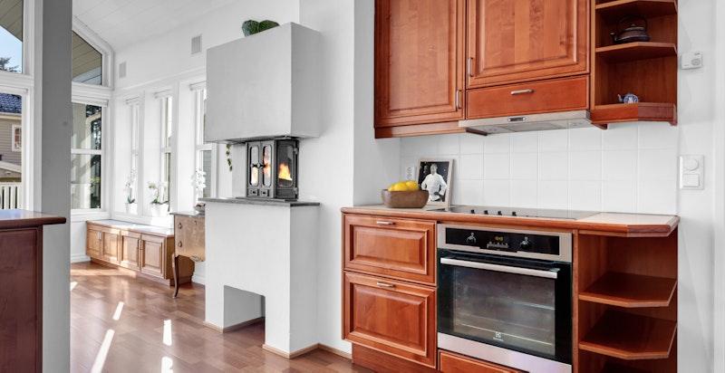 Kjøkkenet er praktisk designet med store arbeidsflater samt overskap, benkeskap og skuffer.