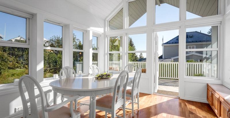 I direkte tilknytning til kjøkkenet er det spisestue med store vindusflater, generøs takhøyde og nydelig atmosfære.