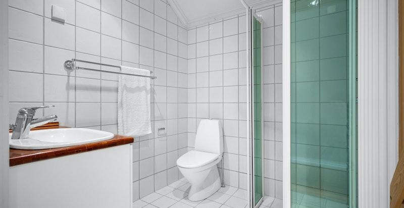 Bad 2 er også i 2. etasje med tidløse fliser, gulvvarme, toalett og dusj.