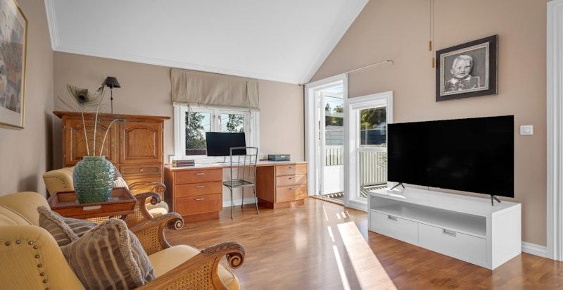 Rommet har flere bruksområder og har plass til sofagruppe, kontordel eller om man ønsker benytte rommet til lekeareal.