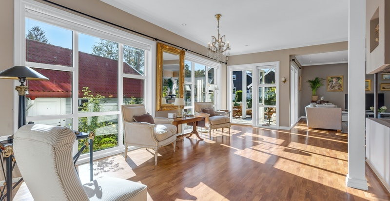 Stuen har store vindusflater som gir rikelig med naturlig lys.