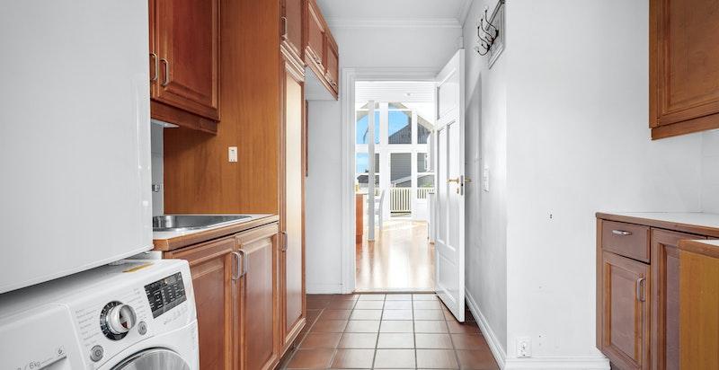 Fra kjøkkenet er det direkte adkomst til grovkjøkken/vaskerom med egen inngang.