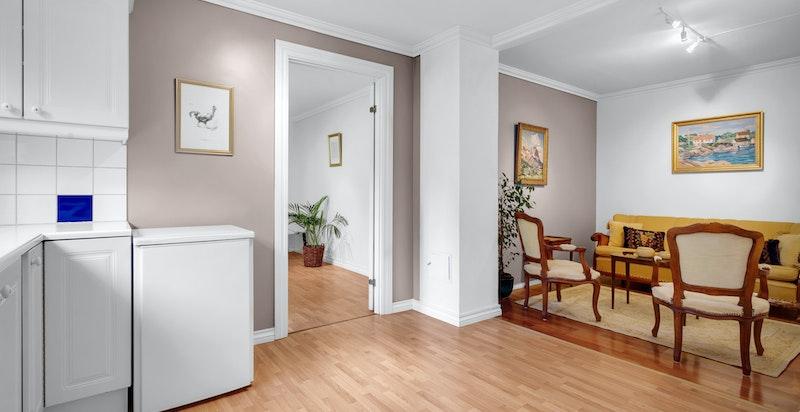 Romslig kjøkken mot stue (byggemeldt som bod).