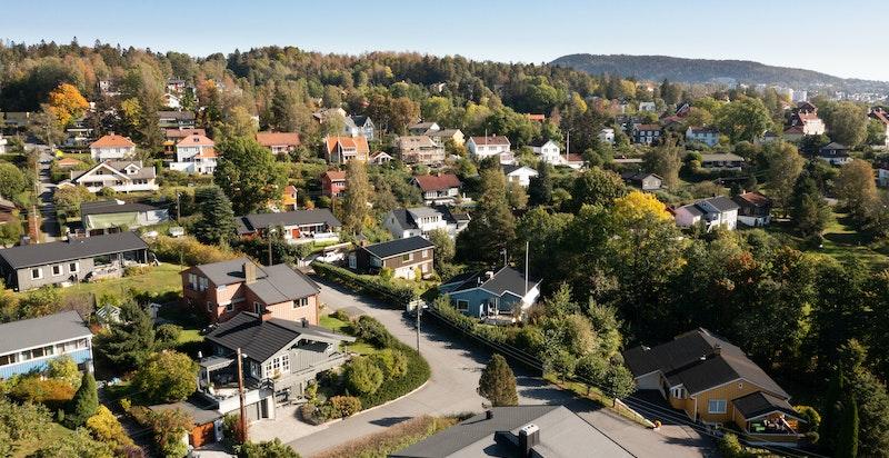 Eneboligen har en fantastisk beliggenhet i barnevennlige og populære omgivelser i et hyggelig nabolag.