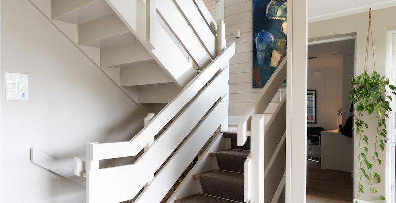 I boligens 1.etasje finner man 2 romslige soverom, et innbydende bad, en romslig hall og trapp ned til vaskerom, lagringsrom og et praktisk kjølerom.