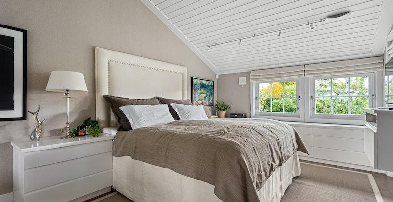 Hovedsoverommet er lyst og luftig med god takhøyde. Her er det plassbygde garderober og oppbevaring,med rikelig lagring. Fra rommet er det også utgang til hagen hvor man kan nyte morgensolen på finværsdager.