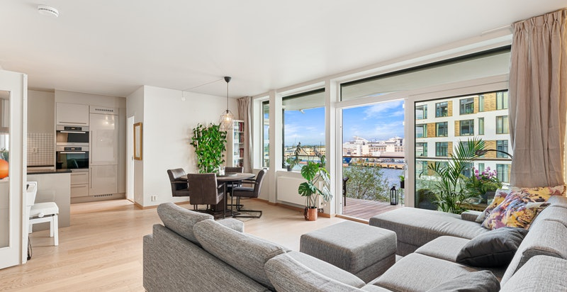 Leiligheten har en praktisk og fin planløsning med gode lysforhold og en fin utsikt fra flere rom.