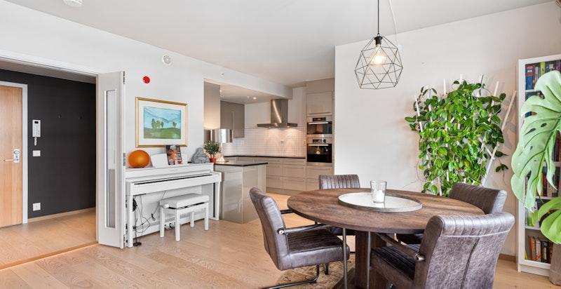 Hyggelig og sosialt rom med til dels åpen stue/kjøkken løsning.