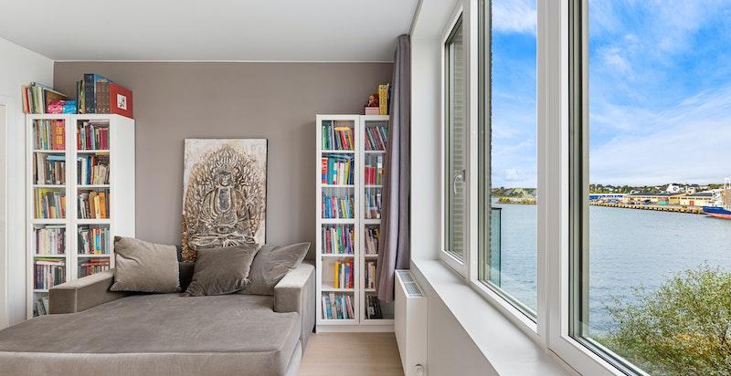 Soverom nr. 2 har utgang til balkong og adkomst til bod/omkledningsrom. Rikelig med lagringsplass i integrert garderobeskap.