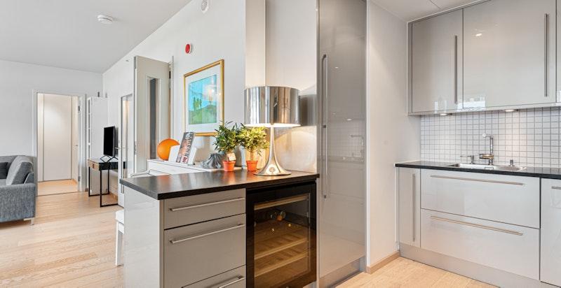Svært påkostet kjøkken med lekker innredning og integrerte hvitevarer fra Miele.