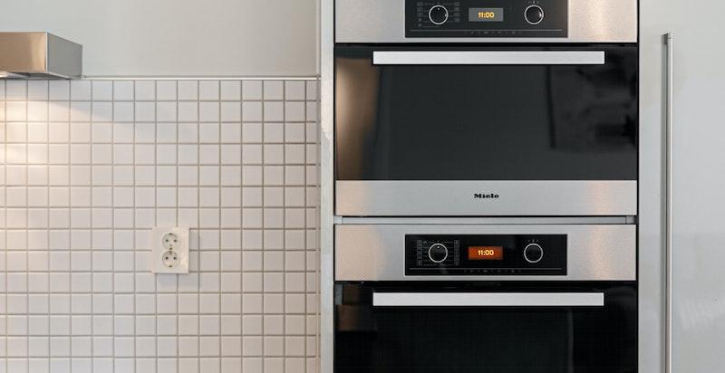 Hvitevarene består av integrert stekeovn, dampovn, keramisk platetopp (induksjon), oppvaskmaskin, kjøle-/fryseskap og vinskap.