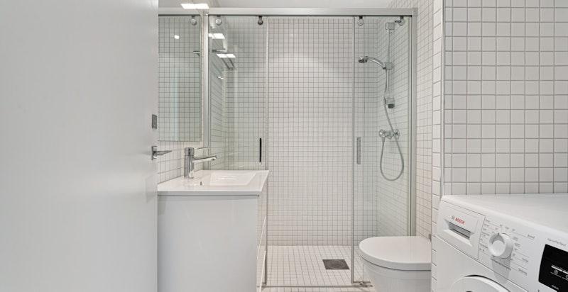 Det er totalt to bad i leiligheten, hvor det ene har opplegg for vaskemaskin.